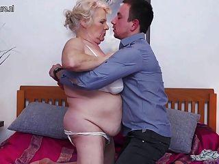 الجدة الكبيرة يحب أن يمارس الجنس وأمتص لها لعبة فتى
