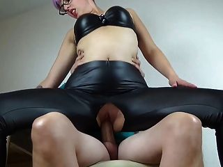 مارس الجنس فاتنة الهواة من خلال السراويل الجلدية لها
