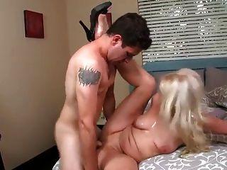 الجدة شقراء تحصل مارس الجنس من قبل لها لعبة فتى