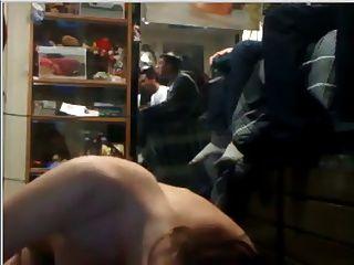 فتاة الملاعين الرجل في النوم بينما بروس تلعب ألعاب الفيديو
