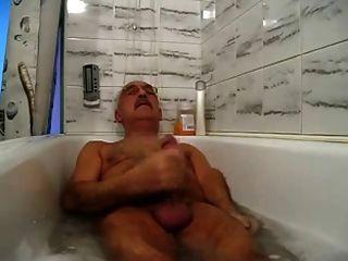 شارب الجد الاسترخاء ونائب الرئيس في حوض الاستحمام