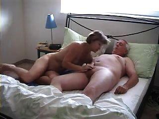 الأجداد في أسلوب هزلي فيديو بالداخل