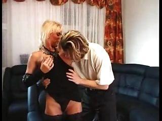 الجبهة الألمانية شقراء في تخزين حريصة على يمارس الجنس مع صبي