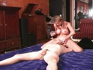 زوجة يحلب ويتغذى زوج الديوث