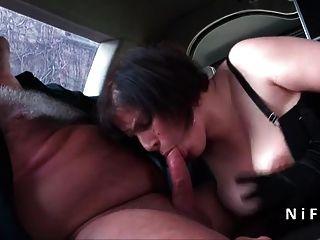 مثير BBW الفرنسية الشرج من الصعب ناضجة مارس الجنس في سيارة ليموزين