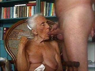 الجدة يحب الديك الشباب