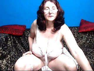 الجدة مع كبير الثدي