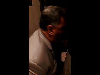 ابي تمتص في الحمام