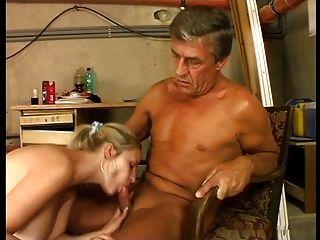 الثدي العملاقة لطيف شقراء مارس الجنس في stokehold من رجل كبير السن