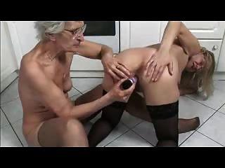 الفرنسية اللعب ناضجة والجدة في المطبخ
