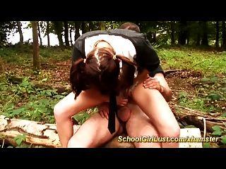 تلميذة يحصل الشرج مارس الجنس في الغابة