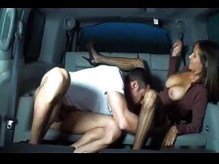 حار زوجة HANDJOB مفلس في سيارة