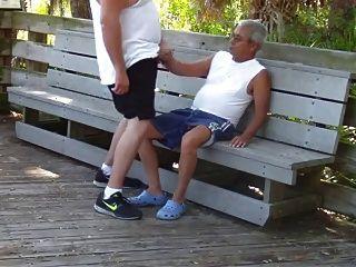 مثليون جنسيا كبار السن يمارسون الجنس في حديقة عامة