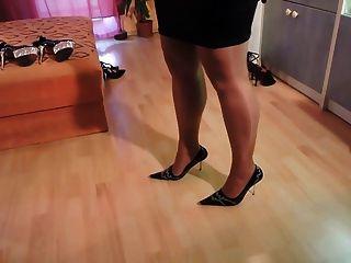 الهواة في جوارب النايلون والأحذية عالية الكعب