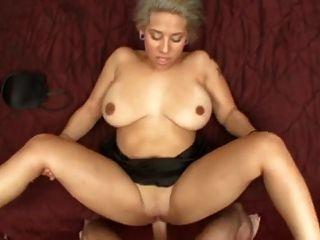ارتفع titty فيرونيكا كبير يئن في حين الحصول على مارس الجنس.