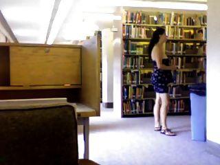 الطالب الذي يذاكر كثيرا مشعر الحصول على عارية في مكتبة