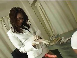 طبيب اليابانية في النظارات يستخدم حزام على