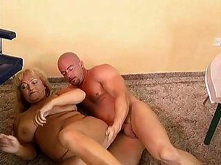 الجدة مفلس والسمين مارس الجنس من قبل رجل أصلع.