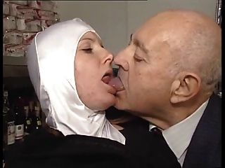 يحصل مداعبتها راهبة جسديا الساخنة التي كتبها رجل يبلغ من العمر منحرفة!