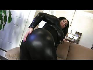 وتظهر امرأة سمراء متعرج قبالة الحمار ضخمة في الجلود catsuit