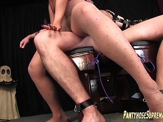 femdom ندف جوارب طويلة والتعذيب من الذكور منقاد