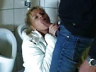الألمانية ناضجة يأتي إلى الحمام لامتصاص واللعنة