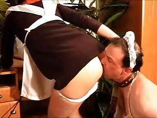 خادمة مع الحمار اللاعق الرقيق