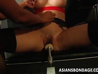 امرأة سمراء مفلس الحصول على كس لها آلة الرطب مارس الجنس