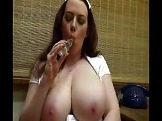 ممرضة الساخنة مع ضخمة الثدي اللعب بوسها حلق