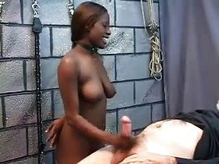 sexslave الأسود مارس الجنس بشكل جيد من قبل الرجل الأبيض القديم
