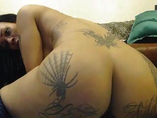 لطيفة tatooed فتاة الكاميرا في البلاد بقبضة جميع الثقوب 4