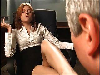 مدرب أحمر الشعر يجعل له تمتص قدميها
