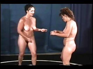 فاتنة تمثال نصفي المصارعة عارية