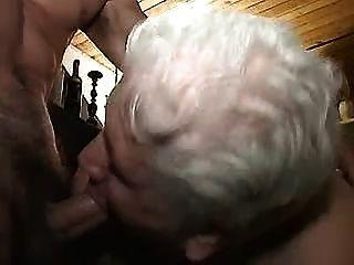 الجدة مع اللاعبين الشباب 1