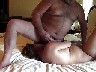 زوجة تدير مع الحيوانات المنوية من زوجها في مواجهة