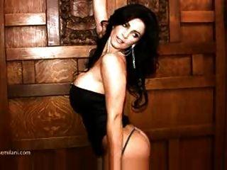 دينيس ميلاني في فستان أسود غير عارية