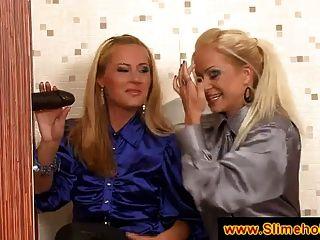 اثنين من السيدات شقراء اكتشاف ديك أسود