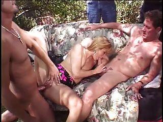 شقراء زوجة غير مارس الجنس بواسطة اثنين من الأزرار في الجبهة من زوجها