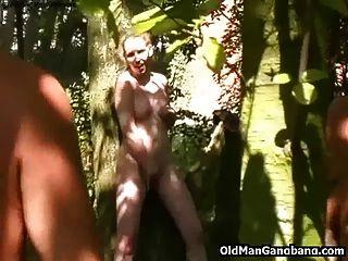 الرجال القديمة اللعنة كتي في غابة