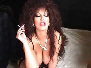 كلاسيكي مفلس أسد امريكي التدخين و اللعب