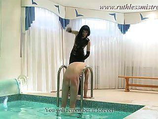 خادمة الجنس في حمام السباحة