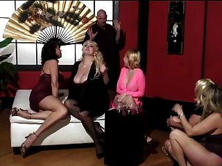 النساء الناضجة واثنين من الأصدقاء الشباب لطيف لديها رجل أصلع عبادة أقدامهم