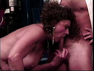 القديمة وقحة يحصل بوسها يمسح من قبل الرجل الأصغر سنا