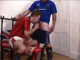 البريطانيون كرة القدم الرجال اللعنة في غرفة المتغيرة