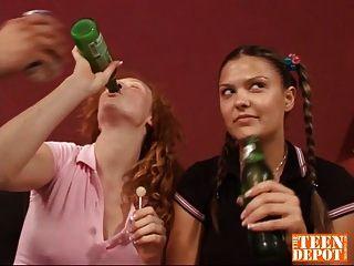 في سن المراهقة جليسة في حار مجموعة من ثلاثة أشخاص
