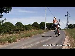 عارية في ركوب الدراجات العامة والقذرة