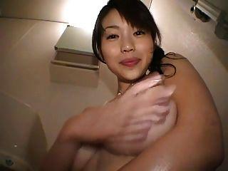 لطيف اليابانية فتاة اللعب مع لها الثدي