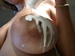 شقراء مع لطيفة الثدي