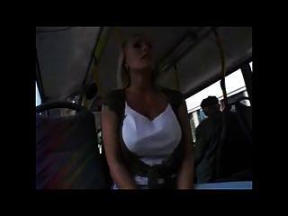 جميلة شقراء مع لطيفة كس و الثدي في حافلة