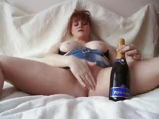 أحمر الشعر سخيف زجاجة الشمبانيا
